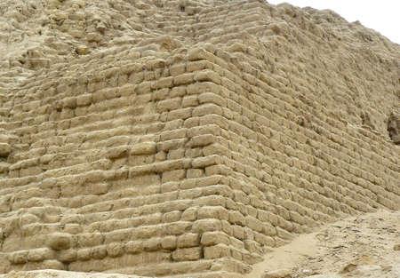adobe wall: Muro di Adobe la Huaca del Sol. Huaca del Sol � un piramid mattoni di adobe costruito dalla civilt� Moche sulla costa di ci� che � ora il Per�. Situato di fuori della moderna citt� di Trujillo, Peru, America del Sud