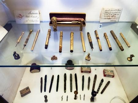expositor: exposición de las plumas viejas en Lara Museum, Ronda