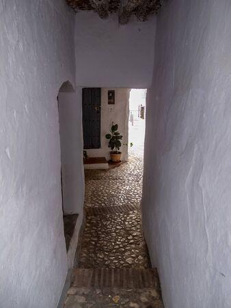 Callejón de acceso a viviendas en pueblo andaluz.