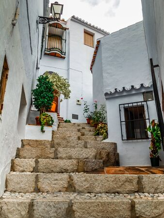 Typical alley of Frigiliana, housing aloft. Foto de archivo