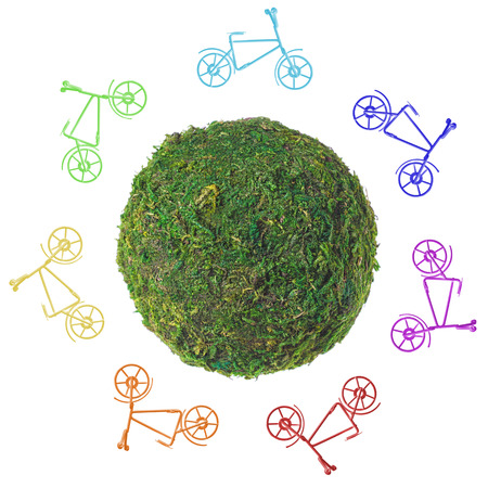 mapa conceptual: planeta verde abstracto con las bicicletas en un fondo blanco. Foto de archivo