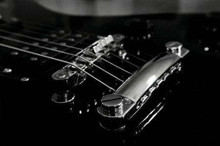 De gitaar brug met zes snaren en humbucker Stockfoto