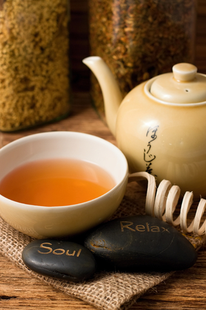 doses: Verticale foto van oosterse thee set en lavastenen Ziel en ontspannen op jute doek geplaatst met twee doses vol droge kruiden