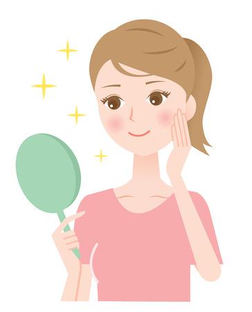 手鏡を見ている女性は、彼女の健康的な肌に微笑んだ。