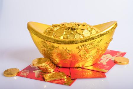 lingotto d'oro, monete e buste rosse
