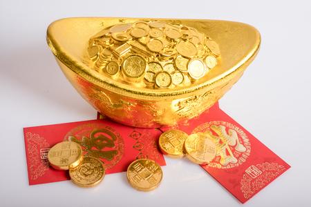lingotto d'oro, monete e buste rosse Archivio Fotografico