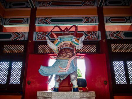 Vue arrière d'une divinité taoïste, le général Tian Peng, dans un temple taoïste à Wen Bi Feng, Hainan, Chine.