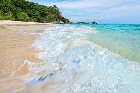 water splash: Paisaje hermoso mar azul de arena blanca y las olas en la playa durante el verano en la isla de Koh Miang en el Parque Nacional Mu Ko Similan, provincia de Phang Nga, Tailandia