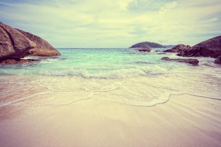 Landschap: Vintage stijl prachtige natuur van de blauwe zee zand en witte golven op kleine strand in de buurt van de rotsen in de zomer op Koh Miang eiland in Mu Ko Similan National Park, provincie Phang Nga, Thailand Stockfoto