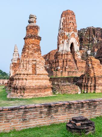 phra nakhon si ayutthaya: Ancient ruins of pagoda at Wat Phra Mahathat temple is a famous attractions in Phra Nakhon Si Ayutthaya Historical Park, Thailand