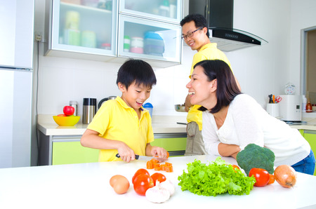 ni�os ayudando: Familia asi�tica Cocina Lifestyle Foto de archivo