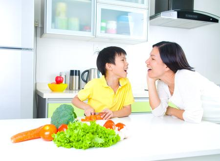 ni�os cocinando: Familia asi�tica Cocina Lifestyle Foto de archivo