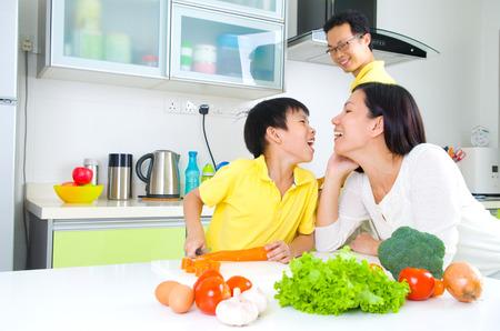 cocina saludable: Familia asi�tica Cocina Lifestyle Foto de archivo