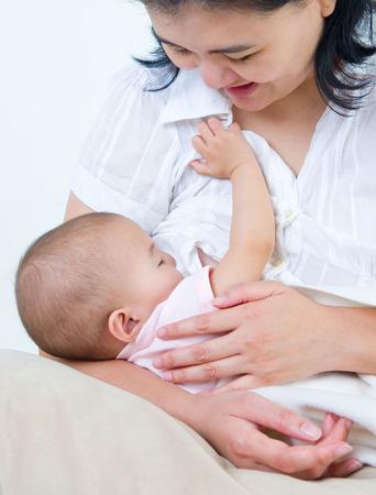 lactancia materna: Asia madre que amamanta a su bebé