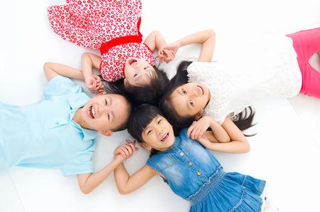 niñas chinas: Familia asiática tendido en el suelo