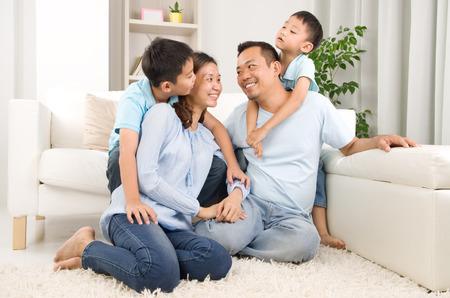 Indoor portret van Aziatische gemengd ras familie