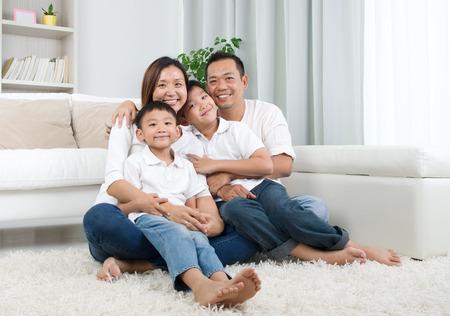 ni�os chinos: Retrato de interior del asi�tico familia de raza mixta Foto de archivo
