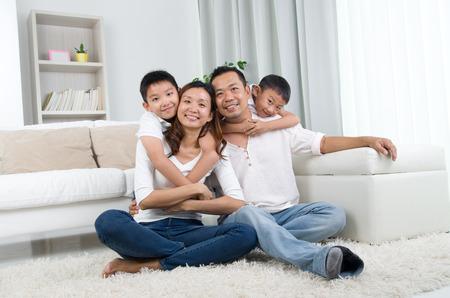 descansando: Retrato de interior del asi�tico familia de raza mixta Foto de archivo