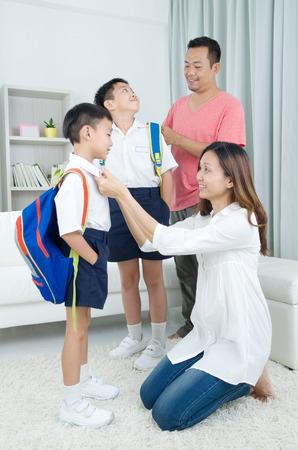 Aziatische ouders krijgen hun kinderen klaar voor school Stockfoto