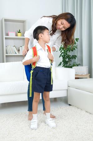 Asijské matka si její syn připraven do školy