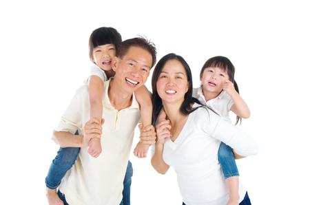 niñas chinas: Retrato de interior de la hermosa familia asiática
