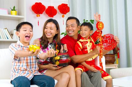 celebra: Familia asiática celebrar el año nuevo chino