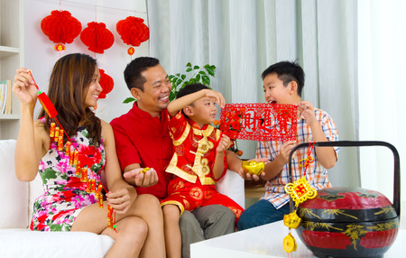 ni�os chinos: Familia asi�tica celebrar el a�o nuevo chino