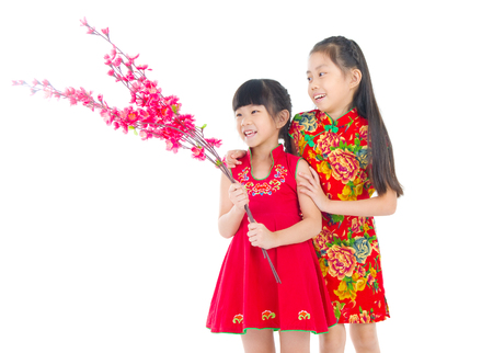 ni�as chinas: Asian Chinese girls decorating for Chinese new year