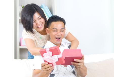 extrañar: Asia niña sorprende a su novio con un regalo Foto de archivo