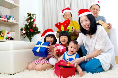 Portret van gelukkige familie in Santa caps op kerstavond