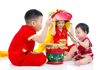 petite fille avec robe: enfants chinois asiatiques en cheongsam chinoise traditionnelle c�l�brant le Nouvel An chinois, isol� sur fond blanc.