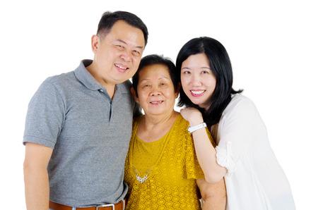 hijos: Mujer mayor con su hija e hijo. Madre de la familia feliz de Asia y adultos descendientes retrato de interior. Foto de archivo