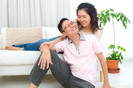 femme romantique: portrait int�rieur d'un couple asiatique