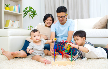 mujeres y niños: Juguetes jugando la familia de Asia