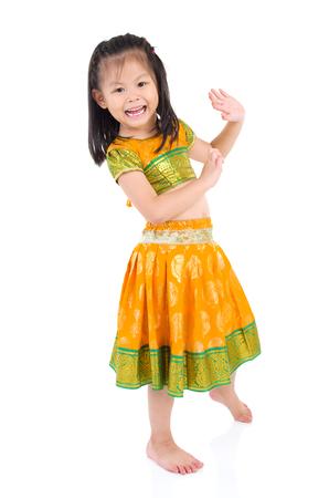 petite fille avec robe: Petit costume traditionnel indien et la danse