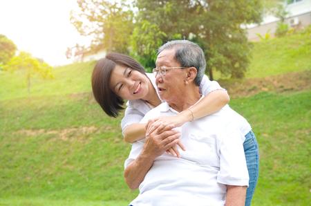 Senior man en dochter. Gelukkig vader praten met haar dochter. Stockfoto