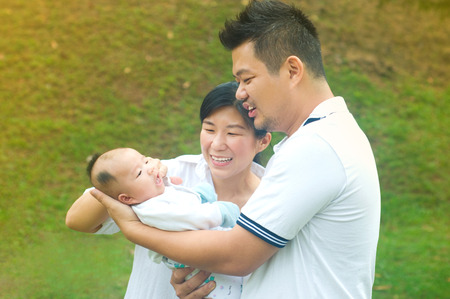 convivencia familiar: outdoor portrait of happy asian family Foto de archivo