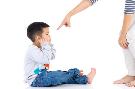 Erziehung des Kindes Mutter schimpft ihr Kind Junge. Familienbeziehungen