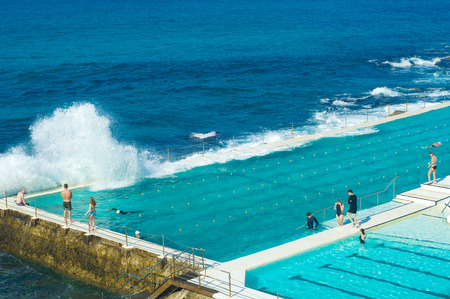 ボンダイビーチ、オーストラリアのシドニーでの屋外スイミング プール 写真素材