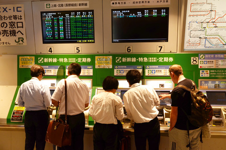 TOKYO, JAPAN -30 May 2018- Unknown Passengers Purchase The Train Ticket from Automatic Vending Machine at Tokyo Yotsuya subway system. 新聞圖片