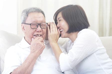 Älterer Mann und Tochter. Glücklicher asiatischer Familienvater und erwachsener Nachwuchs, der Spaß im Innenstudio hat. Standard-Bild