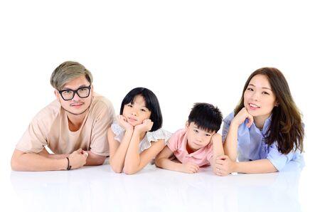 Retrato de interior de familia asiática en casa