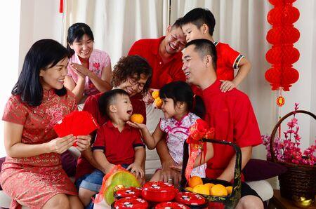 Une famille asiatique de trois générations célèbre le nouvel an chinois