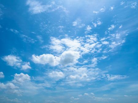 cielo: El nublado mullida en el cielo azul
