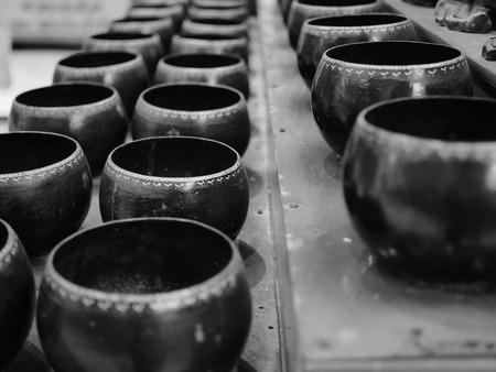 limosna: proceso de cuenco de las limosnas del monje en tono blanco y negro