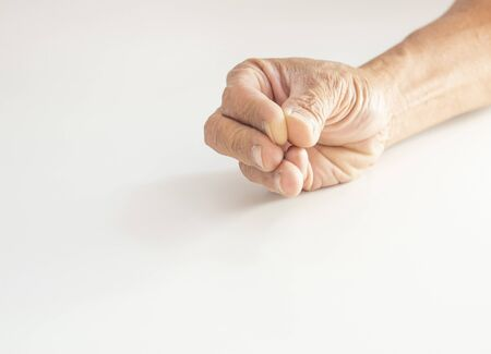 The hands and fingers of the elderly gestures