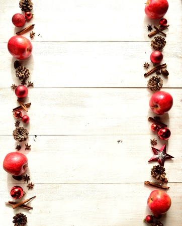 赤いリンゴ、スパイス、クリスマスの飾り 写真素材
