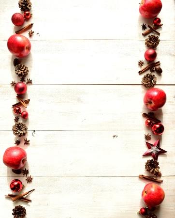 빨간 사과, 향신료와 크리스마스 장식