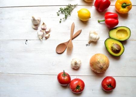 白いウッドの背景にカラフルな野菜 写真素材