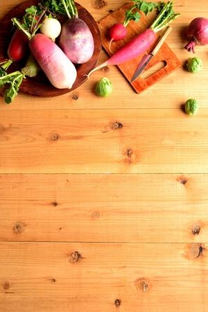 root vegetables: Colorful ortaggi a radice primavera con tagliere